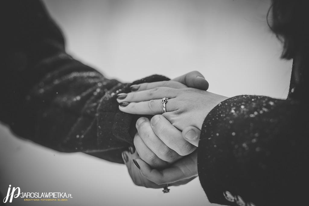 zimowa sesja narzeczeńska_Narzeczeni na sesji przedślubnej