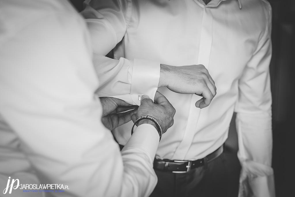 Fotografia ślubna Otwock _ przygotowania do ślubu Pana Młodego